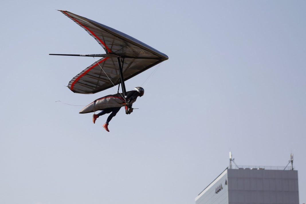 Piloto durante voo de asa-delta no DF (Foto: Dênio Simões/Agência Brasília)