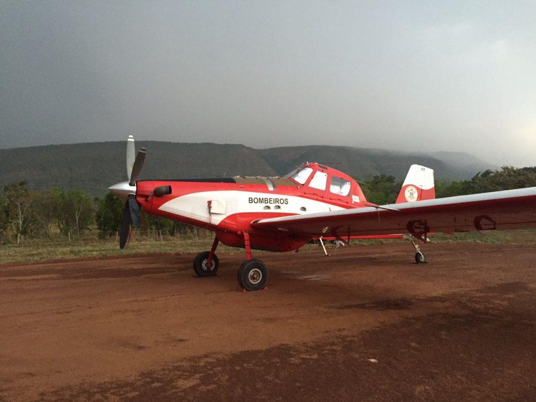 Air tractor AT802F do Corpo de Bombeiros do Mato Grosso na pista de terra utilizada para o reabastecimento de água da aeronave.