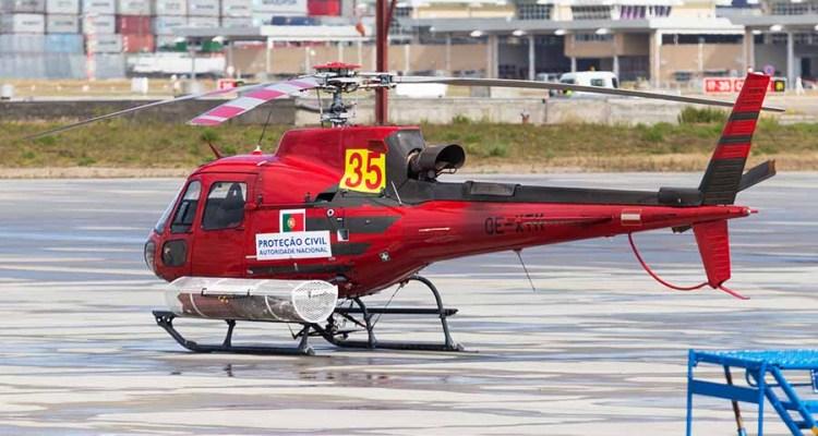 Na imagem de abertura vemos o helicóptero envolvido no acidente ocorrido neste domingo, dia 20 de agosto, em Castro Daire (Viseu). Foto © Carlos Seabra