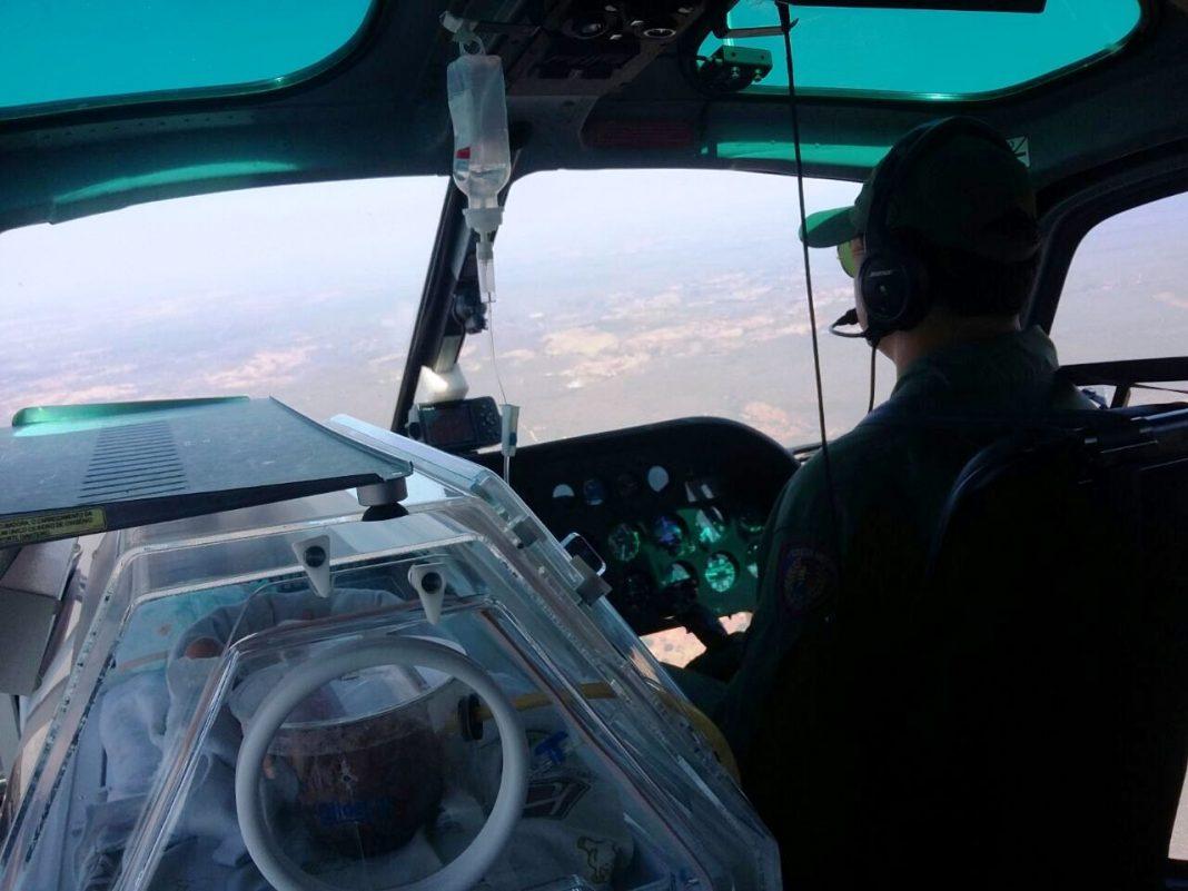 Helicóptero Guará 02 transportando o bebê prematuro em conjunto com o SAMU. Foto: Divulgação.
