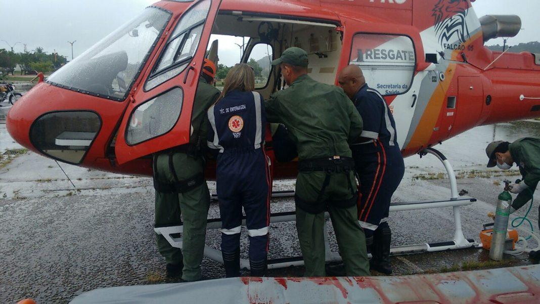Falcão 05 e equipe do SAMU realizam atendimento à vítima de acidente na BR-101