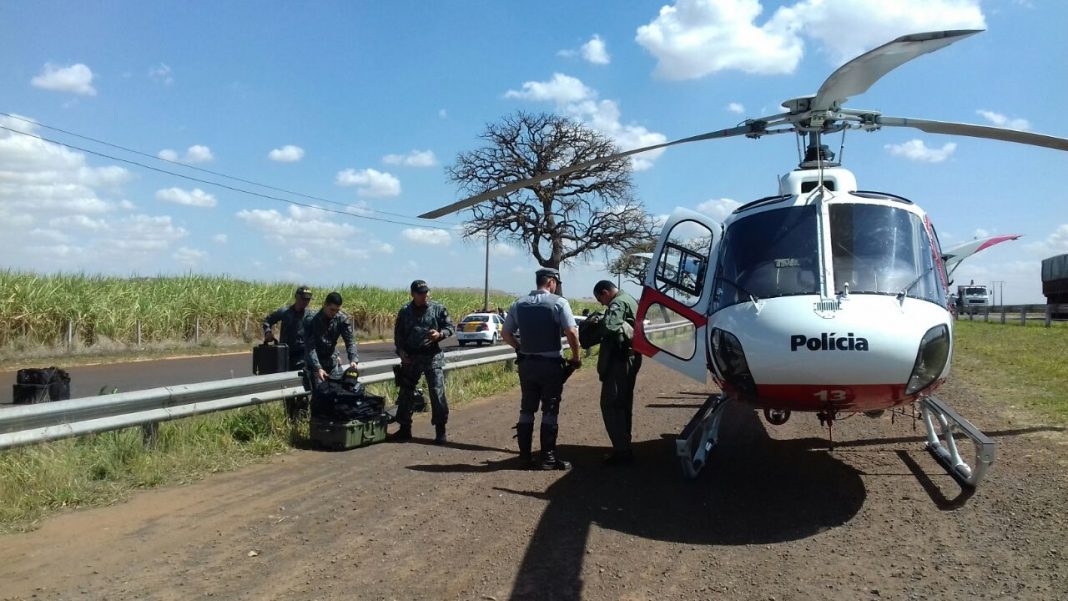 Águia 13 transporta equipe do GATE para verificação de um artefato explosivo na Rodovia Abrão Assed em Ribeirão Preto.