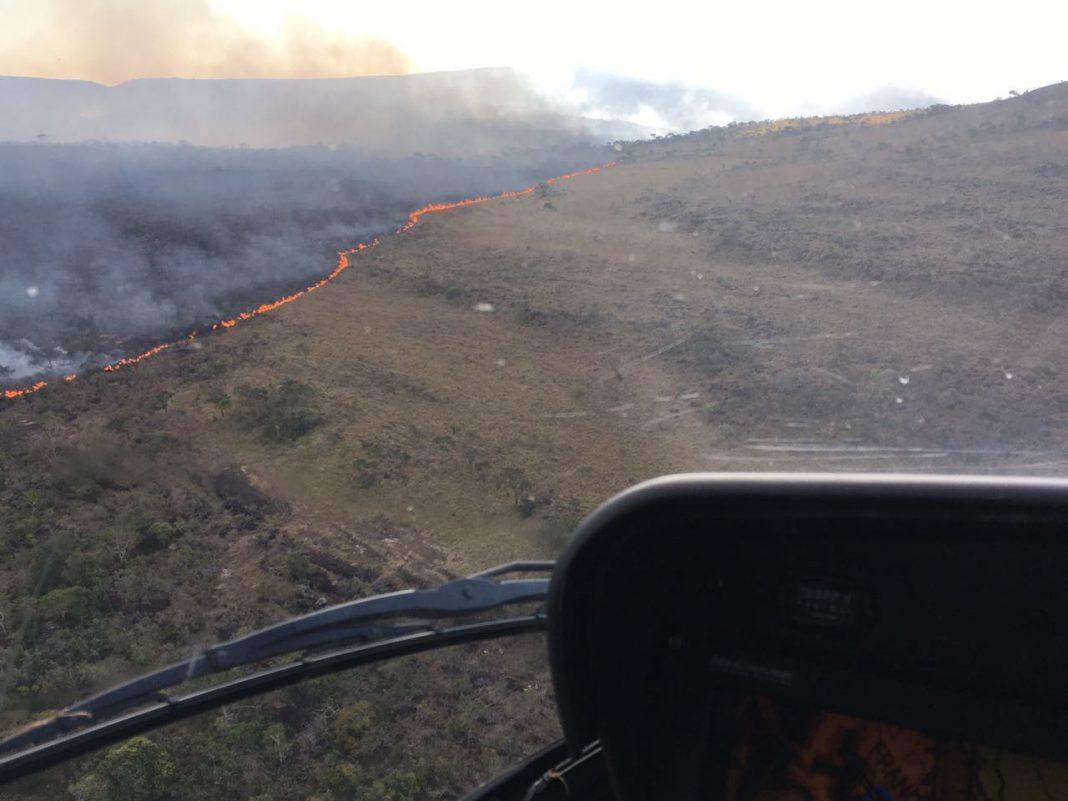 Helicóptero Águia 03 do CIOPAer realizando o levantamento da área atingida. Foto: Divulgação.