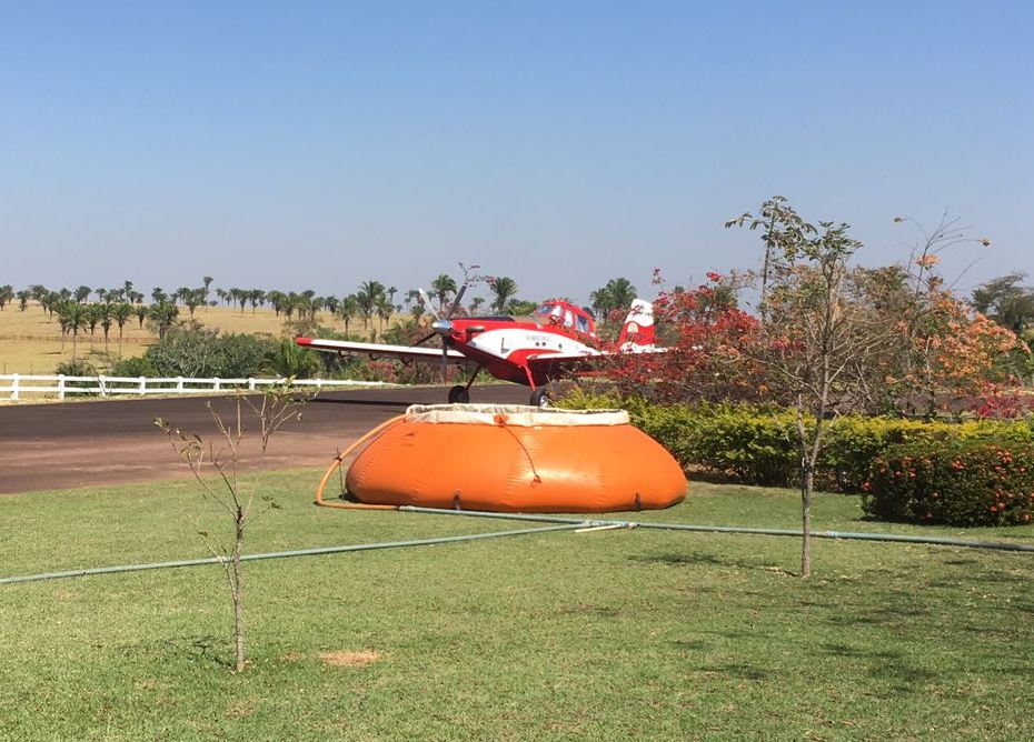 O avião PR-BFL, Air Tractor (Bombeiro 01) do Corpo de Bombeiros Militar fazendo captação de água. Foto: Divulgação.