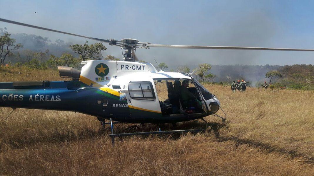 Helicóptero Águia 03 do CIOPAer levando os brigadistas do Corpo de Bombeiros. Foto: Divulgação.