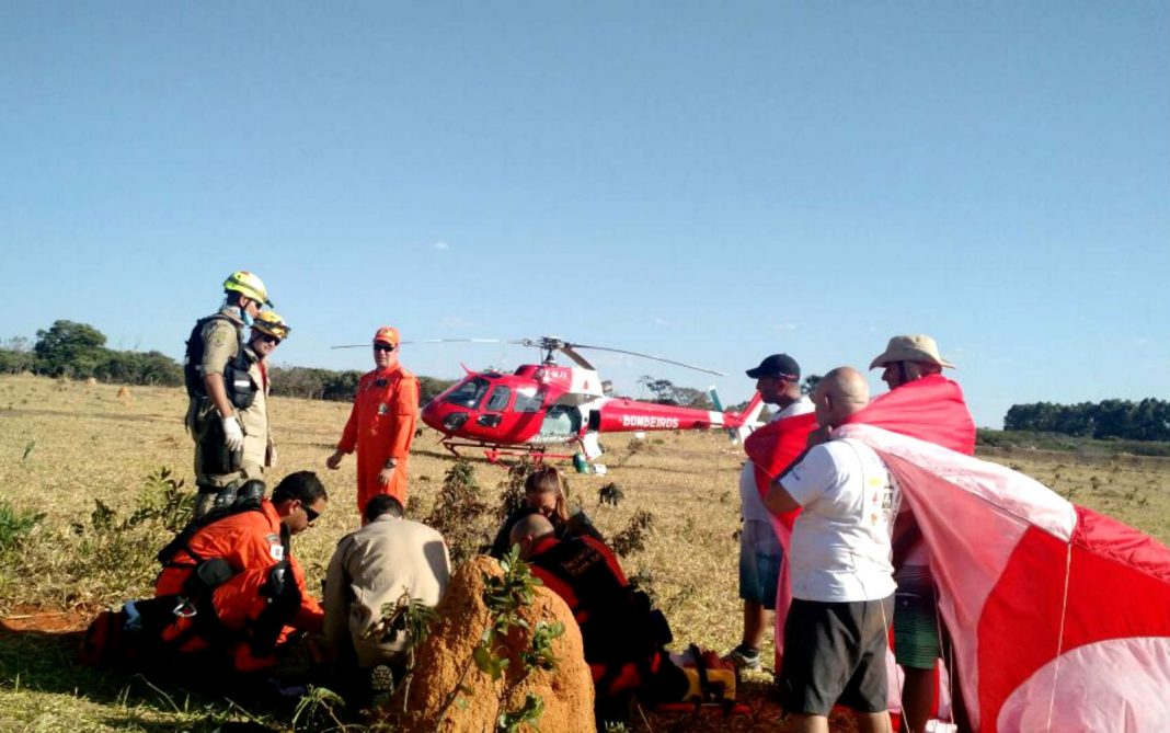 Piloto de asa delta é atendido após queda em competição mundial (Foto: Corpo de Bombeiros/Divulgação)