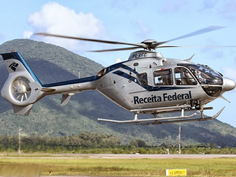 Helicóptero da Receita Federal é utilizado na Operação Telhado de Vidro em Goiás