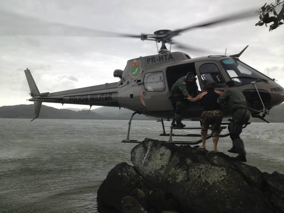 O Águia 01 do Batalhão de Aviação da Polícia Militar de Santa Catarina realizando em nov de 2013 salvamento de mãe e dois filhos na Ilha dos Ratos, Baia da Babitonga, em Joinville.