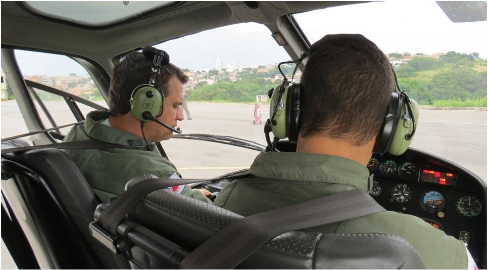 Pilotos de asas rotativas procedendo acionamento rotineiro no Btl RpAer.