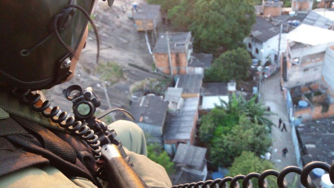 Policiais participam de ação no Morro Jesus de Nazareth, em Vitória (Foto: Divulgação/ Polícia Militar)