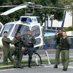 Helicóptero pousa no meio da avenida Marechal Mascarenhas de Moraes (Foto: Reprodução/ TV Gazeta)