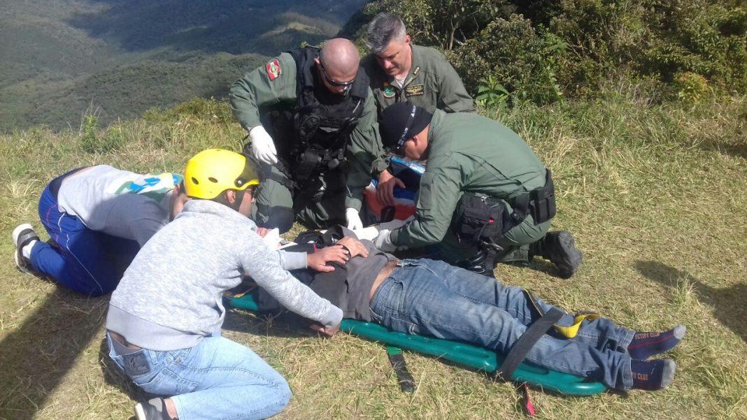 Águia 01 resgate piloto de parapente que caiu no morro das antenas em Jaraguá do Sul.
