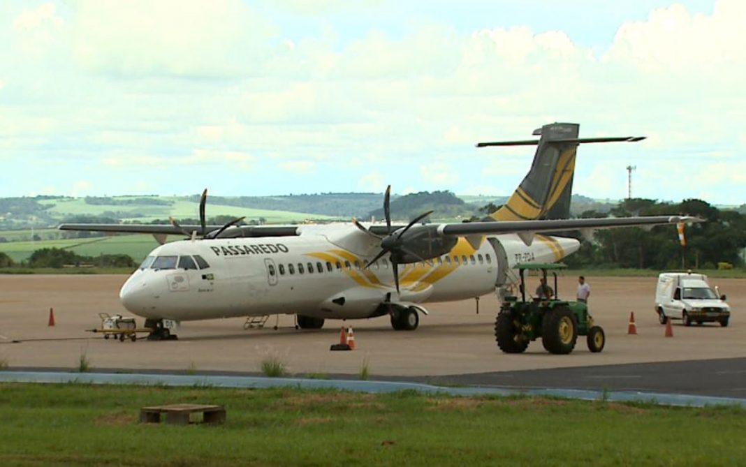 Aeronave da Passaredo Linhas Aéreas em pátio de aeroporto (Foto: Reprodução/EPTV)