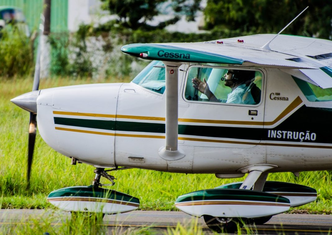 taxiing_plane_instruction-722063