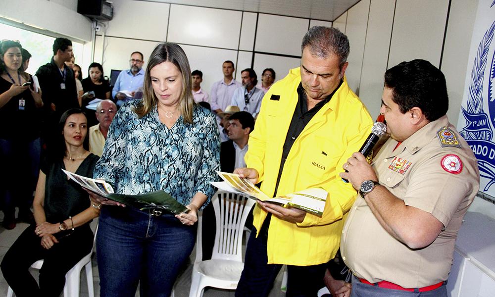 O comandante do Corpo de Bombeiros do Tocantins, coronel Dodsley Yuri Vargas, apresentou a situação em relação a estiagem prolongada no Estado ao ministro Marcelo Cruz e a governador Claudia Lelis - Manoel Lima/Governo do Tocantins