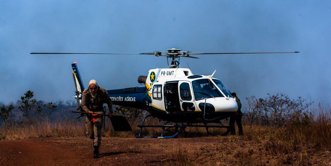 Helicóptero do CIOPAer é empregado para combater incêndio florestal. Foto: Ricardo Franco.