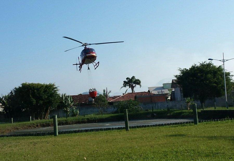 Arcanjo apoiou equipes em combate a incêndio florestal no Bairro Campeche em Florianópolis