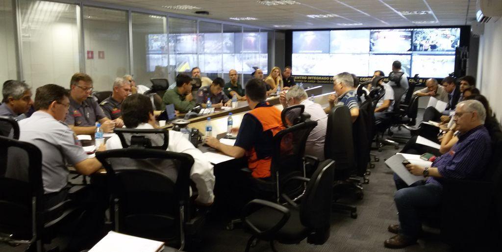 Reunião realizada na Sala de Crise do CICC-SP para tratar do protocolo sobre chuvas de verão – 2015. O Cel Eduardo Alexandre Beni e o Delegado Luiz Antonio Pinheiro coordenaram o CICC nesse período.