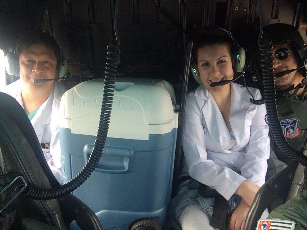 Equipe médica com o coração a bordo do Águia 17.