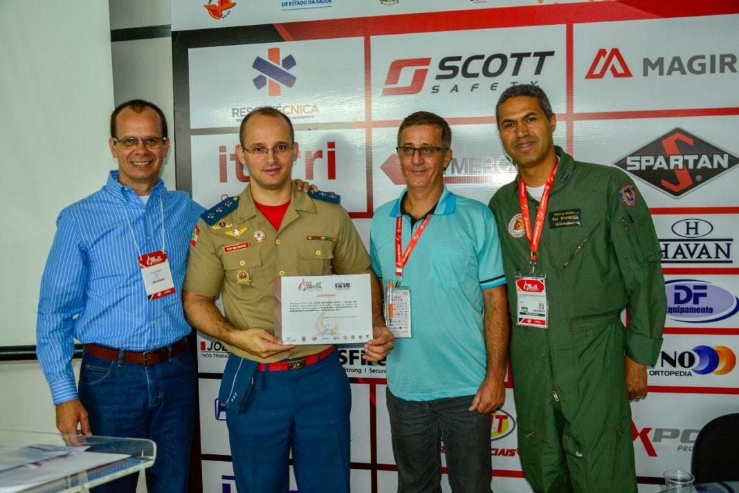Capitão BM Átila Medeiros Sarte do Corpo de Bombeiros Militar de Santa Catarina recebendo o certificado de palestrante.