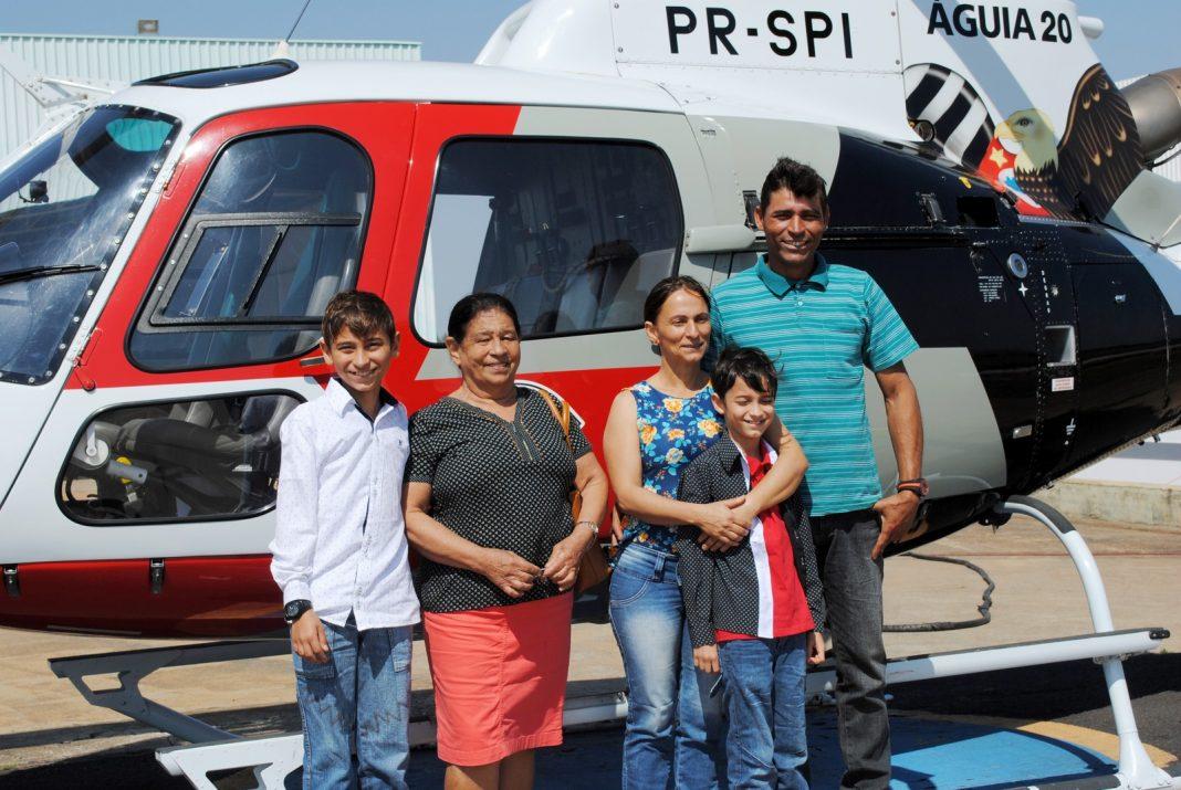 Família, de Mirante do Paranapanema, realizou o sonho de conhecer o Helicóptero Águia de perto (Foto: Stephanie Fonseca/G1)
