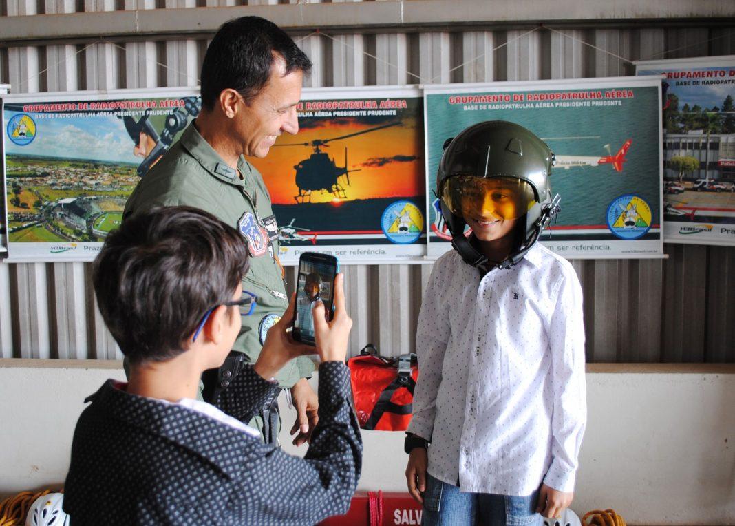 Crianças registraram tudo com o celular (Foto: Stephanie Fonseca/G1)