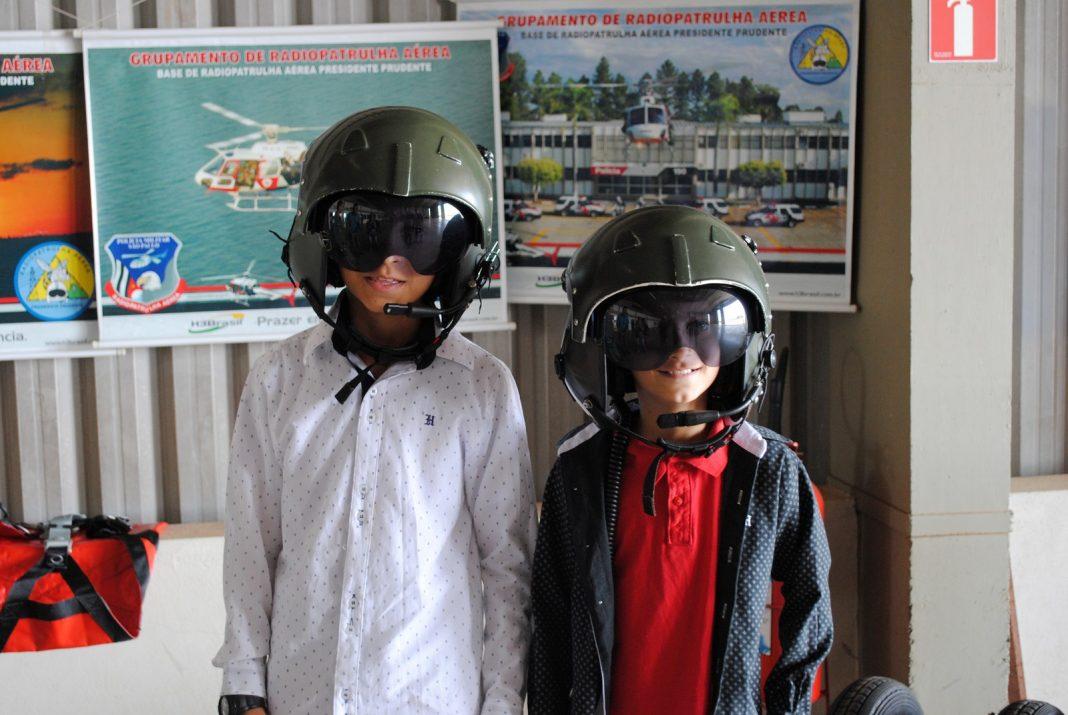 Crianças relataram que querem ser policiais e pilotos quando crescer (Foto: Stephanie Fonseca/G1)