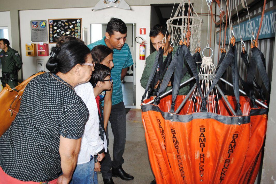Família conheceu equipamentos da corporaração (Foto: Stephanie Fonseca/G1)