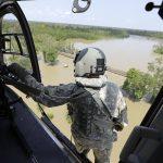 Equipes de resgate em caminhões e helicópteros salvam texanos presos por enchentes do Harvey