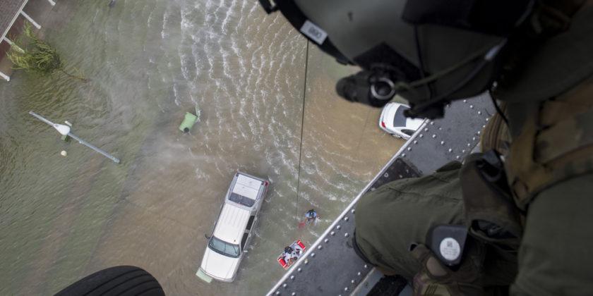 Um aviador de missões especiais do 41º Esquadrão de Resgate observa enquanto eleva uma cesta com um evacuado, 30 de agosto de 2017, na área de Houston, Texas. O 347th Rescue Group da Moody Air Force Base, Ga. Respondeu com sua aeronave de resgate e pessoal em apoio da FEMA depois que o furacão Harvey trouxe inundações e destruição para partes do Texas. (Foto da Força Aérea dos EUA pelo Sargento Técnico Zachary Wolf)