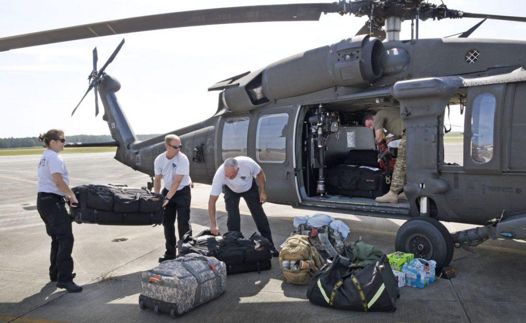 Os membros da equipe de resgate aquático Helicóptero da Guarda Nacional do Exército da Carolina do Sul partiram para apoiar os esforços de resposta do furacão Harvey no Texas da McEntire Joint National Guard Base em Eastover em 29 de agosto de 2017. O primeiro tenente Tracci Dorgan / U.S. Guarda Nacional do Exército / Fornecido