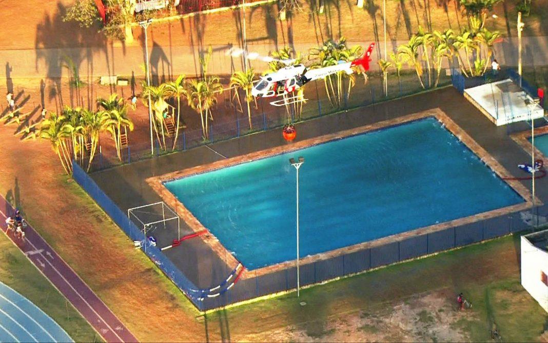 Helicóptero retira água de piscina (Foto: Reprodução/TV Globo)