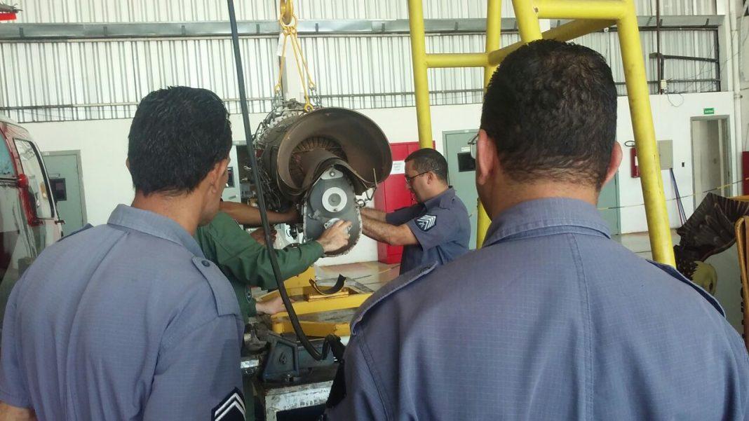 Policiais militares realizaram a substituição do motor do Águia 17 num serviço que durou cerca de 12 horas.