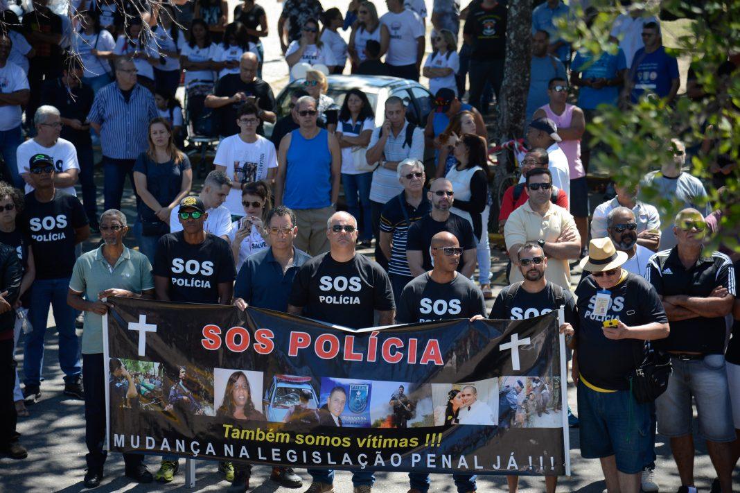 Rio de Janeiro - Agentes de segurança pública, amigos e familiares participam de manifestação no Parque do Flamengo pela morte de 101 policiais no estado do Rio de Janeiro em 2017 (Fernando Frazão/Agência Brasil)