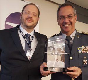 O presidente da ABRAPAC, cmte. Aldo Bien, entrega o Prêmio ABRAPAC 2017 ao Coronel Alberto Sardilli, da PM Ambiental