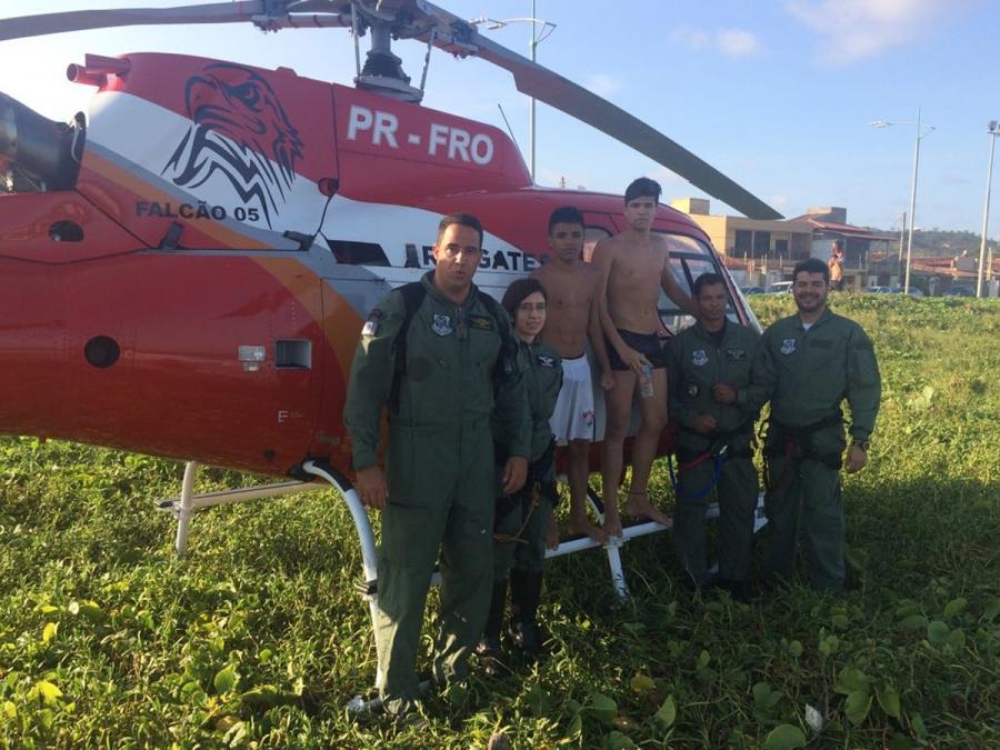 O tripulante da aeronave conseguiu pular e retirar J.C. e C.L., ambos de 15 anos, da água. Foto: Grupamento Aéreo