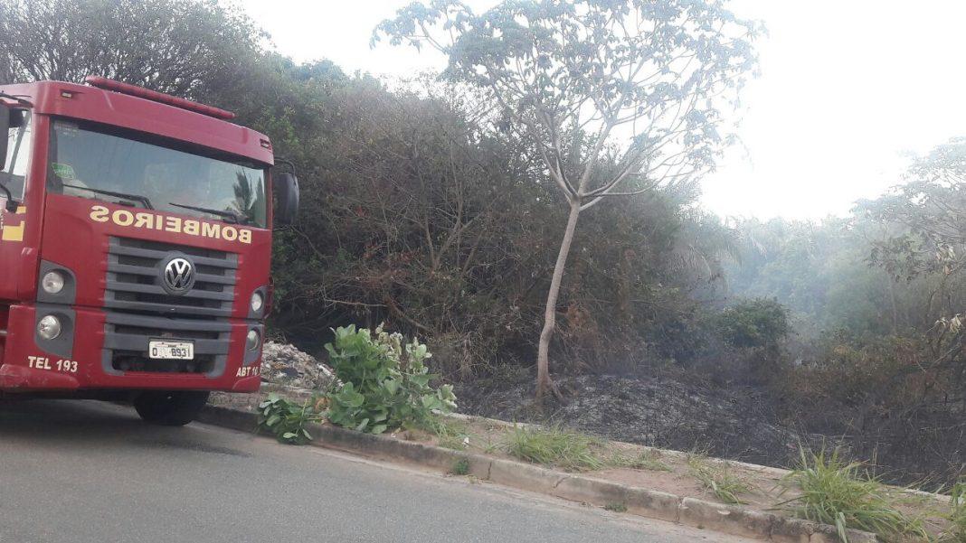 Centro Tático Aéreo apoia bombeiros em operação de combate à incêndio florestal na avenida litorânea