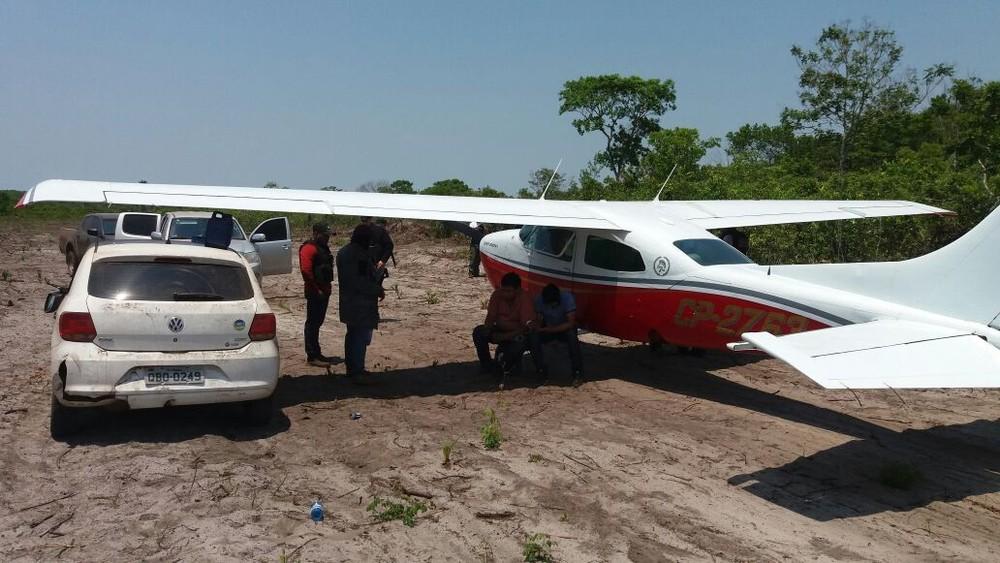Policiais apreenderam avião com quase 500 kg de droga, carro e prenderam dois bolivianos (Foto: Polícia Militar de MT)