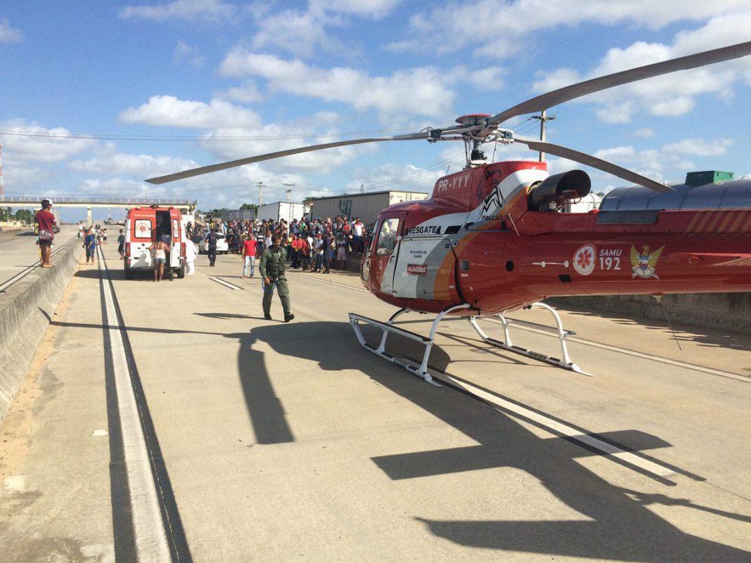 Socorristas da aeronave Falcão 05 e Samu auxiliaram as equipes médicas no socorro as vítimas. Foto: Grupamento Aéreo - SSP
