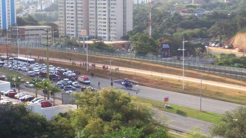 Helicóptero pousa na Av. Paralela para resgatar policial ferido em acidente (Foto: Divulgação/Polícia Militar)