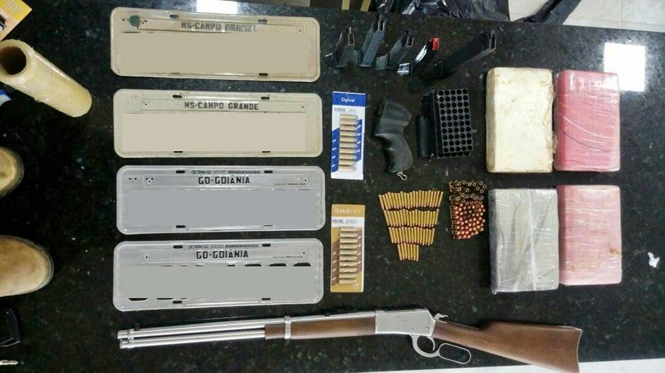 Policiais encontrarm uma carabina calibre 38, munições e cocaína na residência. (Foto: Polícia Militar)