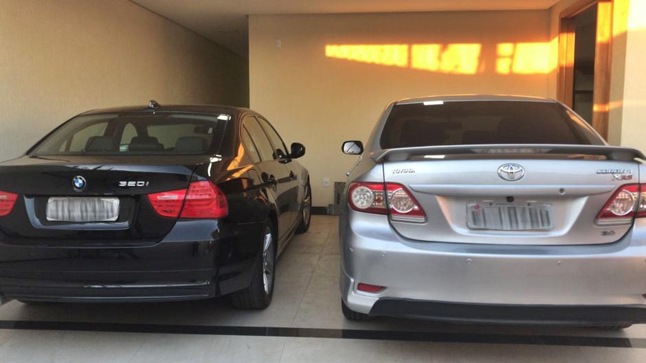Toyota Corolla e BMW estavam dentro da casa na Cidade Vera Cruz. (Foto: Polícia Militar)