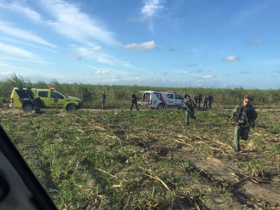 Falcão 03 deu apoio a uma guarnição da Força Tarefa para capturar motocicletas que estavam em uma faixa de canavial, próximo ao Aeroporto Internacional Zumbi dos Palmares. Ascom