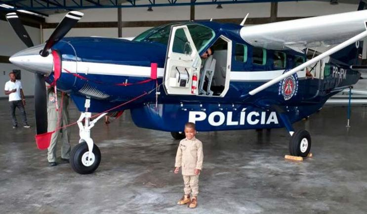 Felipe posa sorridente ao lado do helicóptero do Grupamento Aéreo (Foto: Divulgação | PM)