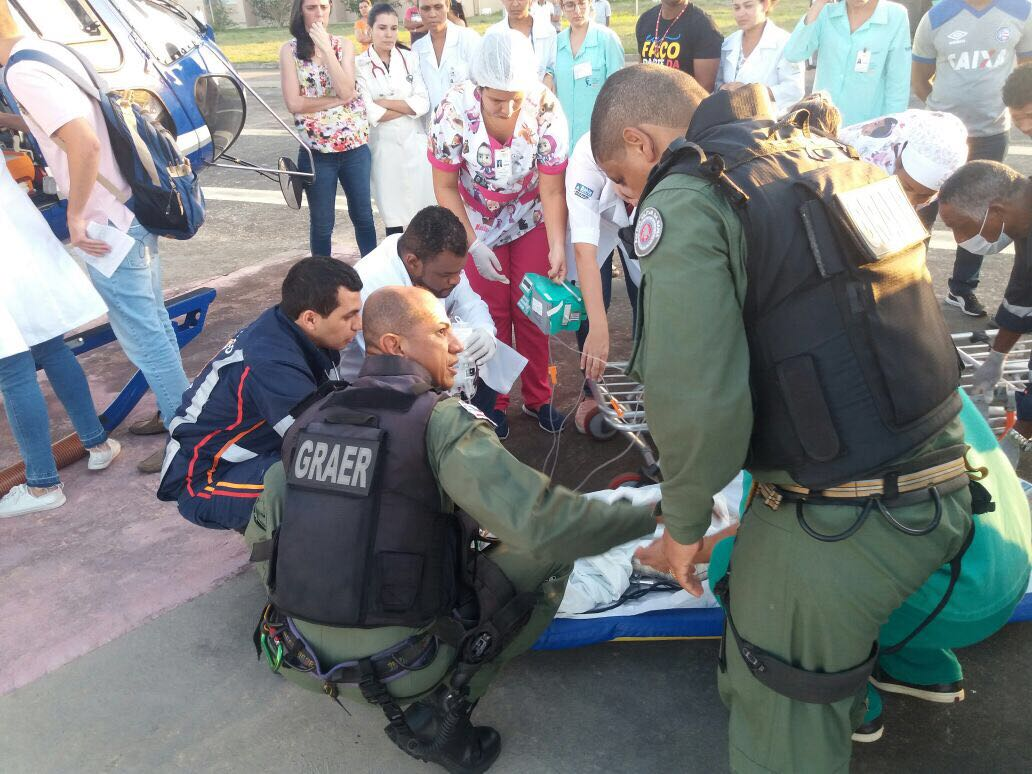 Ônibus que levava crianças a excursão tomba na BA-421 e GRAer presta socorro às vítimas