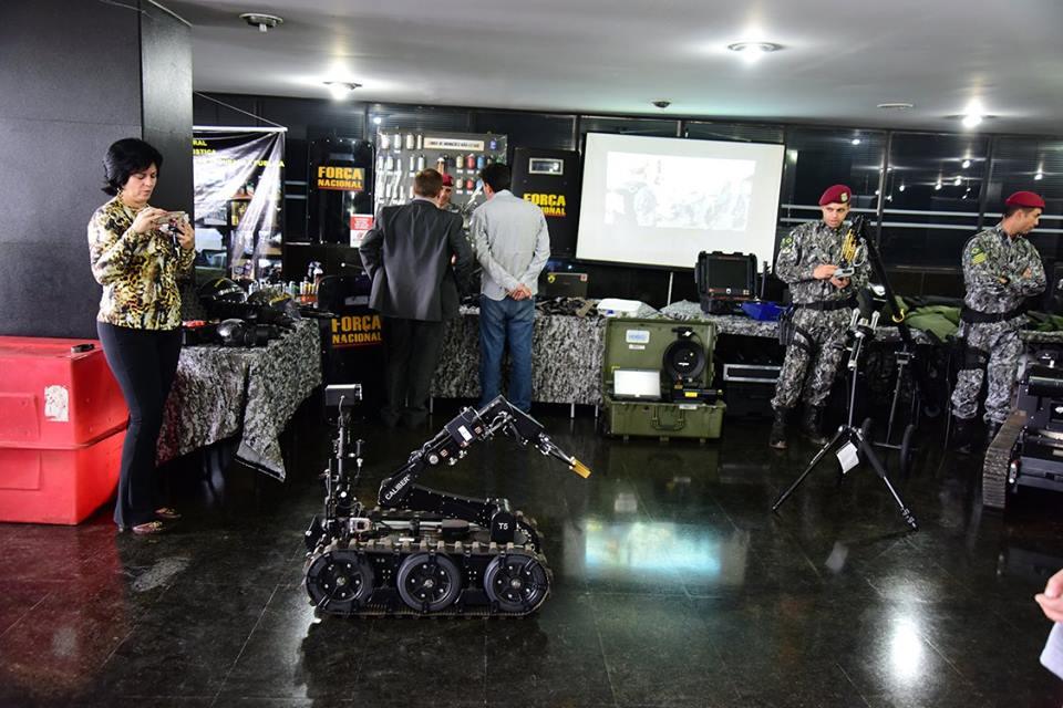 """O robô """"caliber T5"""" faz parte do equipamento usado pelo esquadrão antibombas."""