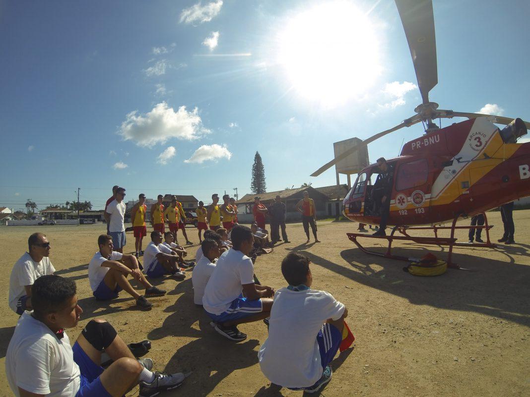 Guarda-vidas treinam com o helicóptero Arcanjo 03 no Litoral Norte de Santa Catarina