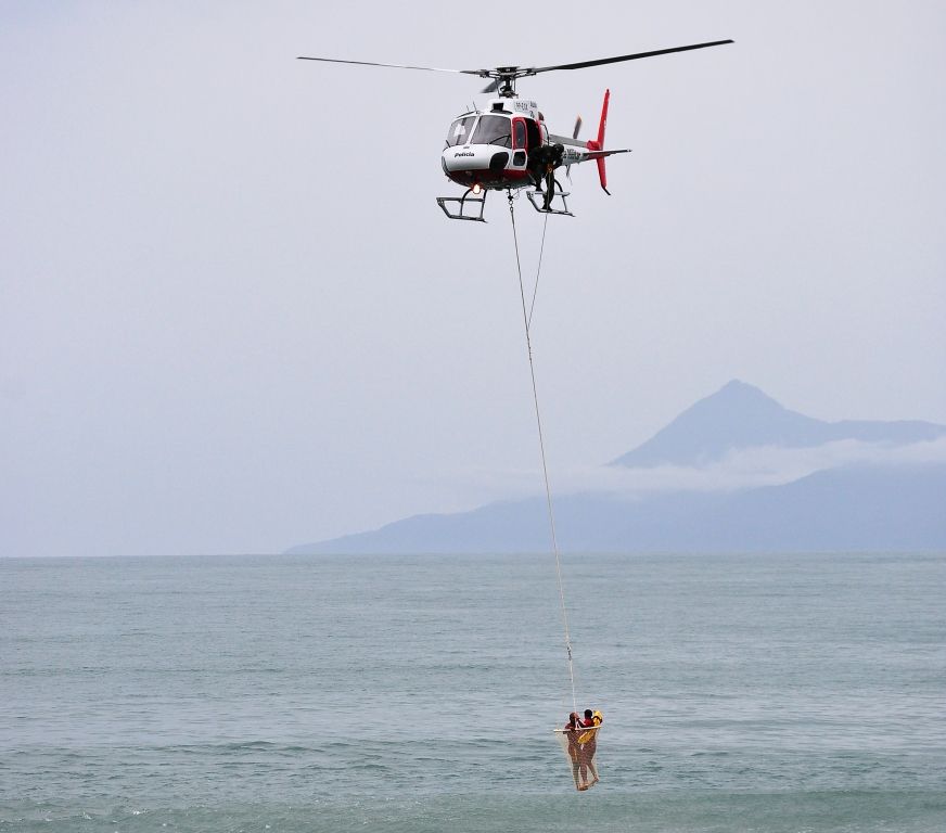 Bombeiros e PM realizam exercícios de salvamento com helicóptero Águia, na Massaguaçu. Foto: Claudio Gomes/PMC.