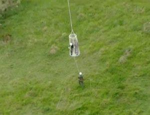 Onze pessoas que faziam passeio de balão no interior de SP são resgatadas pelo Águia de uma mata.