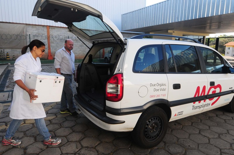 Equipe do MG Transplante transporta fígado para ser transplantado no Hospital das Clínicas de BH. Data: 26-08-16 Local: Hangar da PM Foto: Omar Freire/Imprensa MG